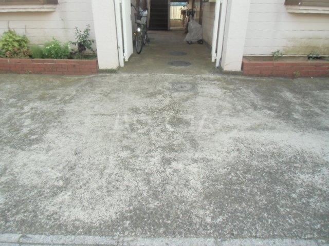 アーバン市川 203号室の駐車場