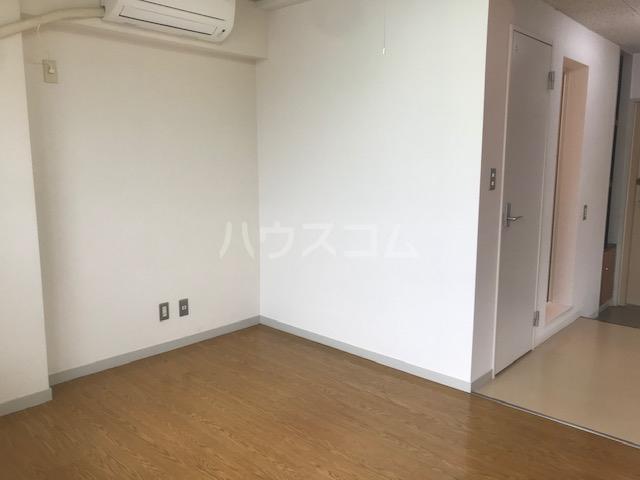 栄興厚木ヴィラ 305号室のリビング