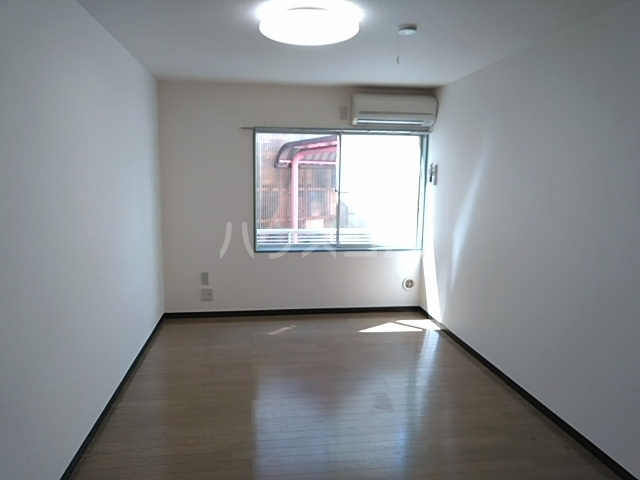小高ハウス 101号室のリビング