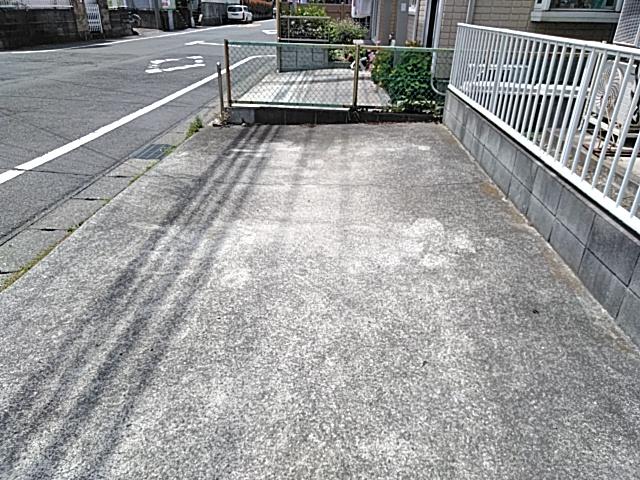テラスハウス城南の駐車場