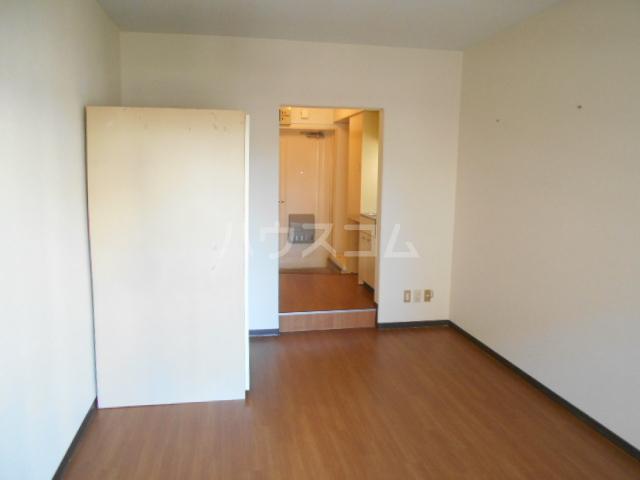 厚木ユースハイム 516号室のリビング