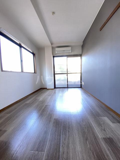 フラット佐藤 201号室のリビング