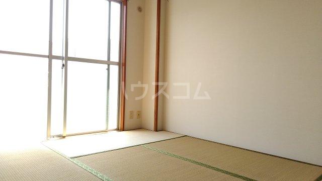 アーバンドエル春美 303号室の居室