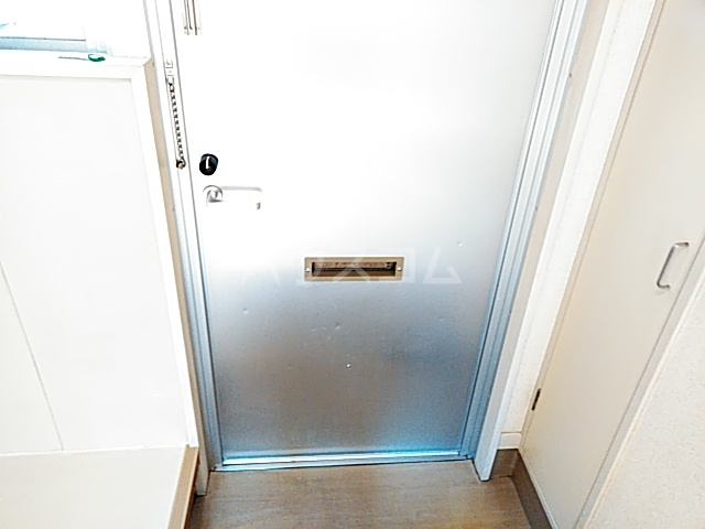 ホワイトボックス 103号室の玄関
