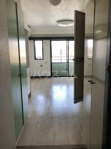 ビケンアーバンス 204号室のリビング