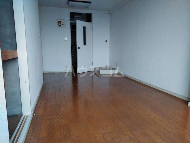 ニュー木原山ロッヂ 303号室のリビング