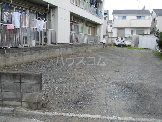 メゾン新井 202号室の駐車場