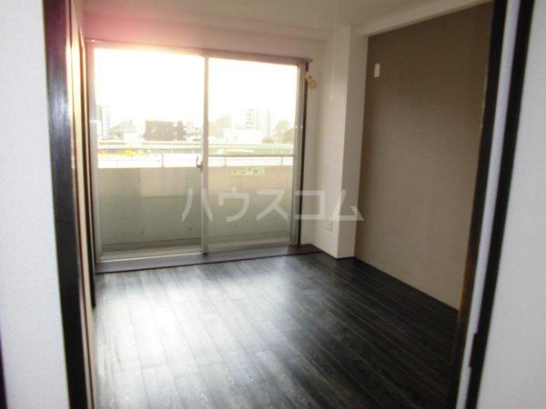 H・I ビル 705号室のリビング