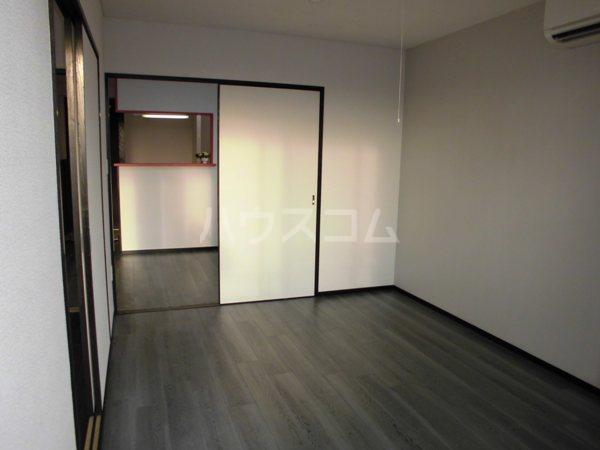 H・I ビル 705号室のベッドルーム