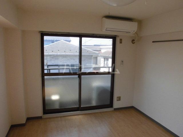 ランディー新浦安 305号室のリビング