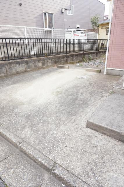 プラタ 102号室の駐車場