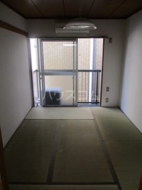 ホーリーハイツ 201号室のリビング