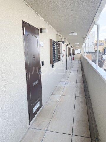 グランデュールドーマA 205号室のエントランス