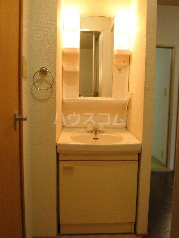 ファミーユ 102号室の洗面所