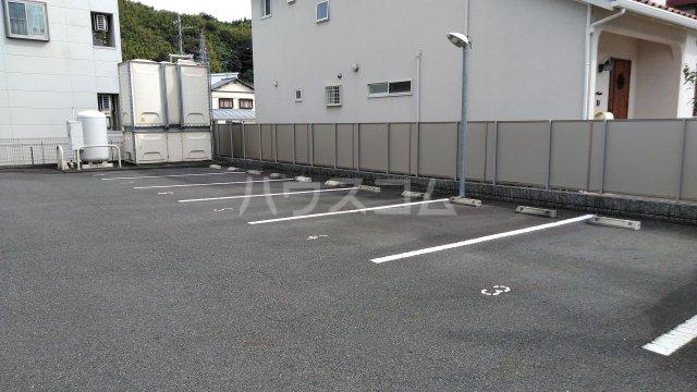 ラフェリア 102号室の駐車場