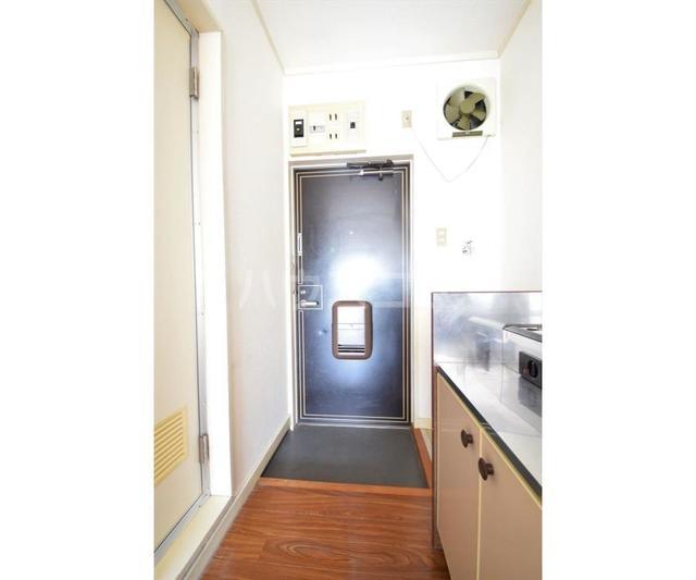 ホワイトハイツ東山 201号室の玄関