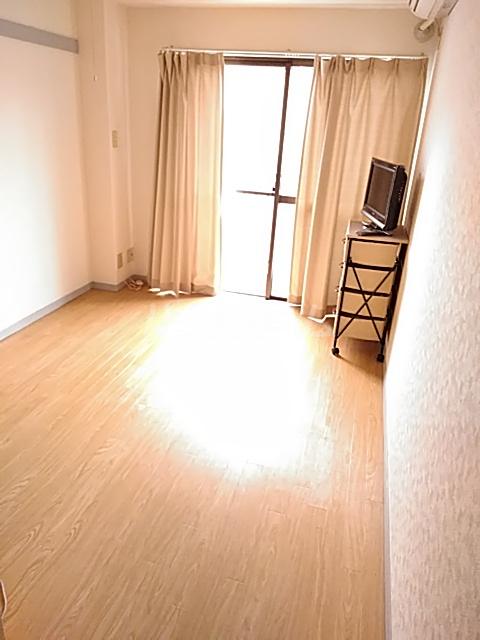 パーシモンハウス 302号室のリビング