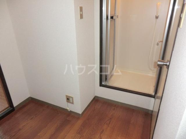 メゾン三恵 201号室の玄関