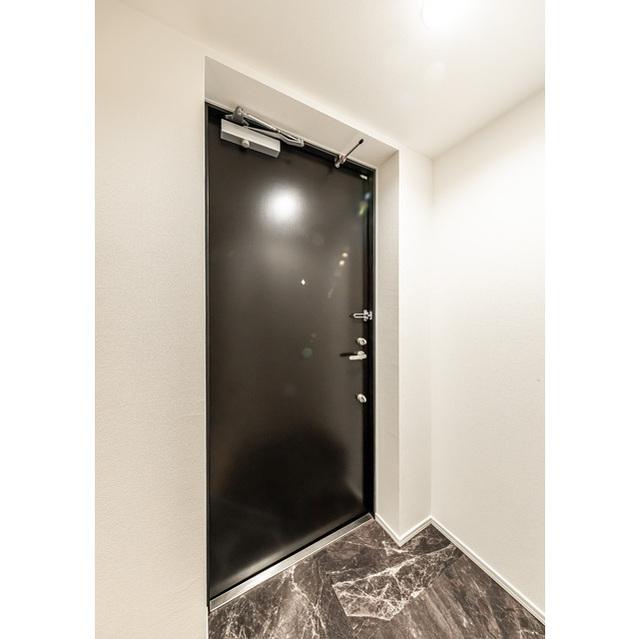 ウェルスクエアイズム巣鴨 302号室の玄関