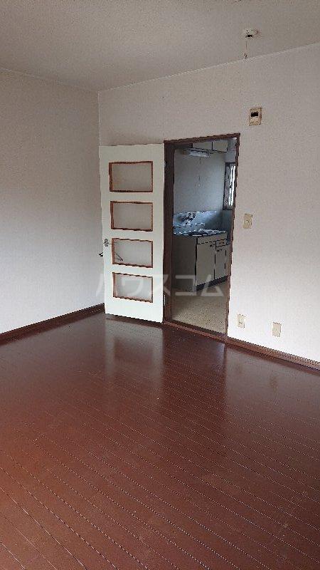 レジデンス山崎Ⅱ 205号室のリビング