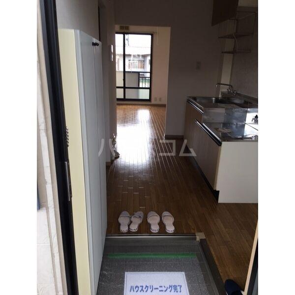 メゾン・グリシーヌ 201号室の玄関