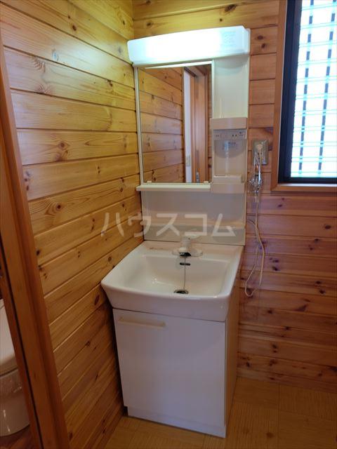 ピュアコートアイ 102号室の洗面所