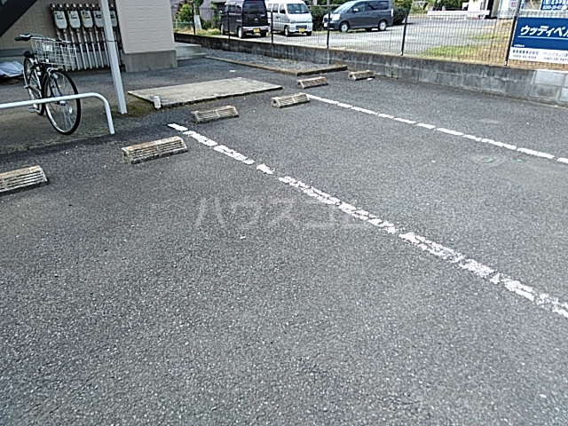 ウッディベル 102号室の駐車場
