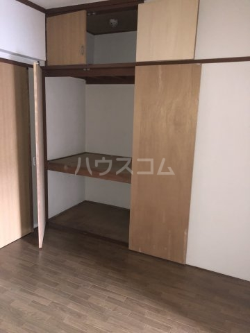 ホワイトビル 303号室の玄関
