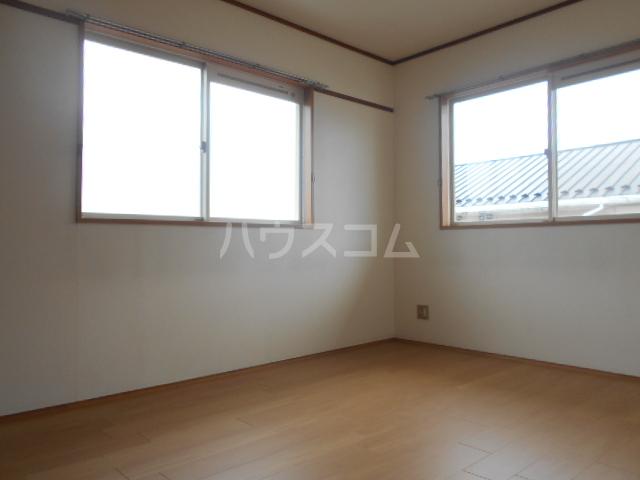 ヴィラネル東姫宮B 201号室のリビング