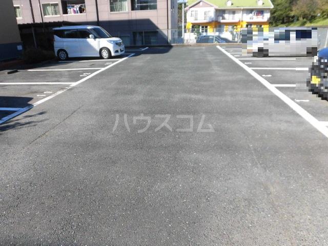 コートビラ 303号室の駐車場