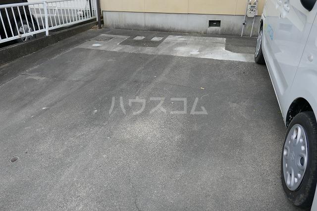 フォーブルシュフィールB 205号室の駐車場