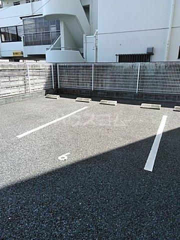 フェイム イッサ 403号室の駐車場