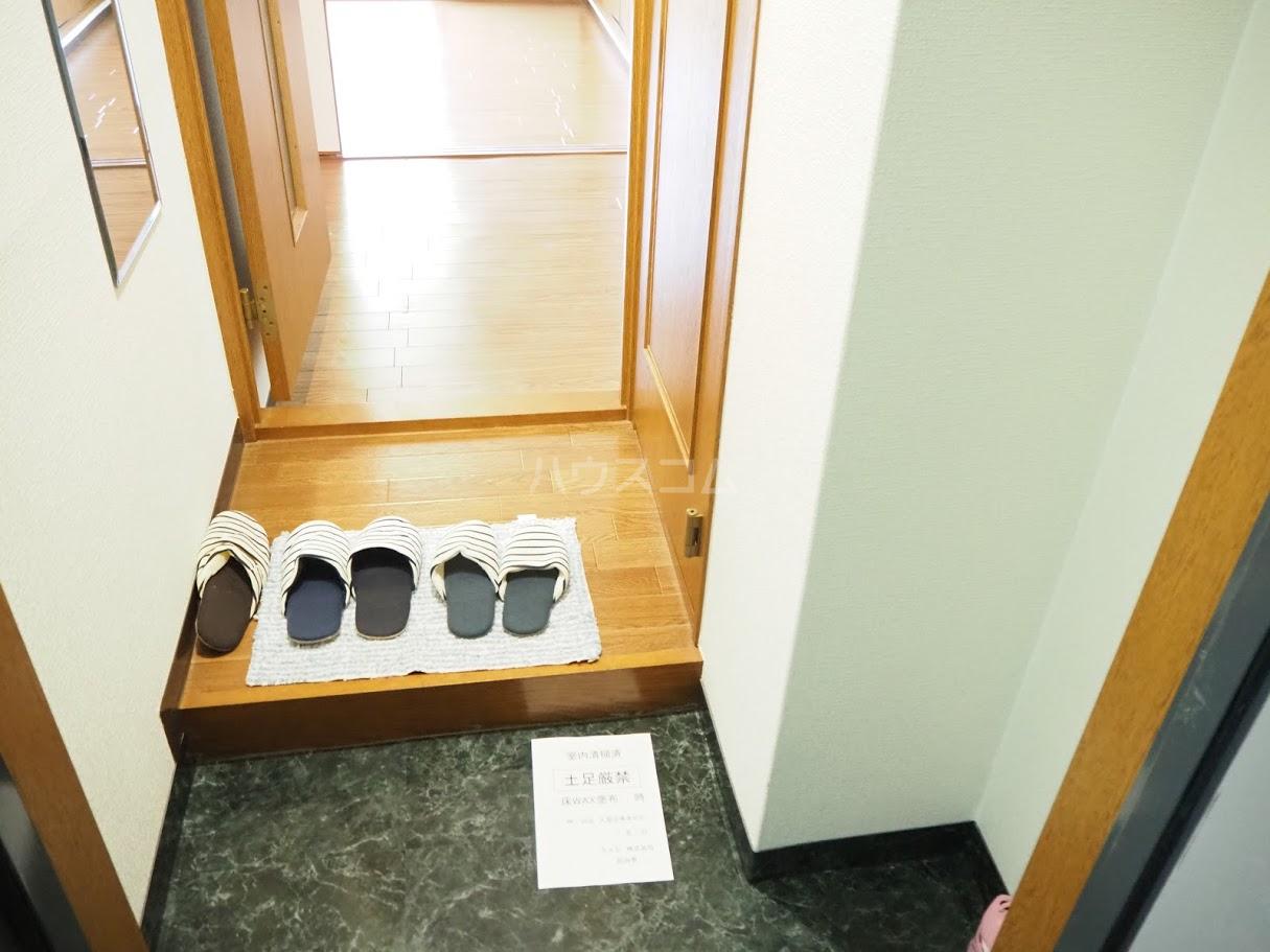 メゾンTMI 201号室の玄関