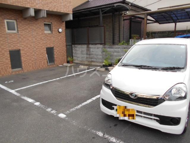 クオリティ嵯峨野 107号室の駐車場