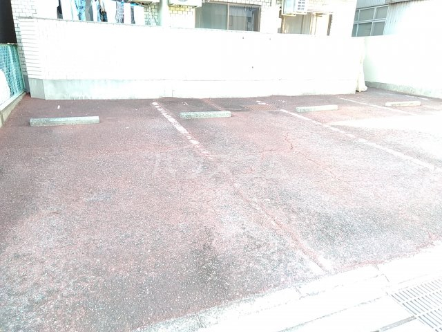 ハイシティ南松山 403号室の駐車場