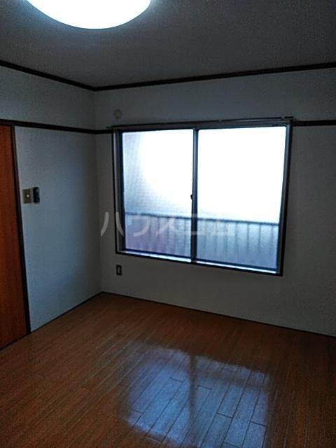 ローズマンション 207号室のリビング