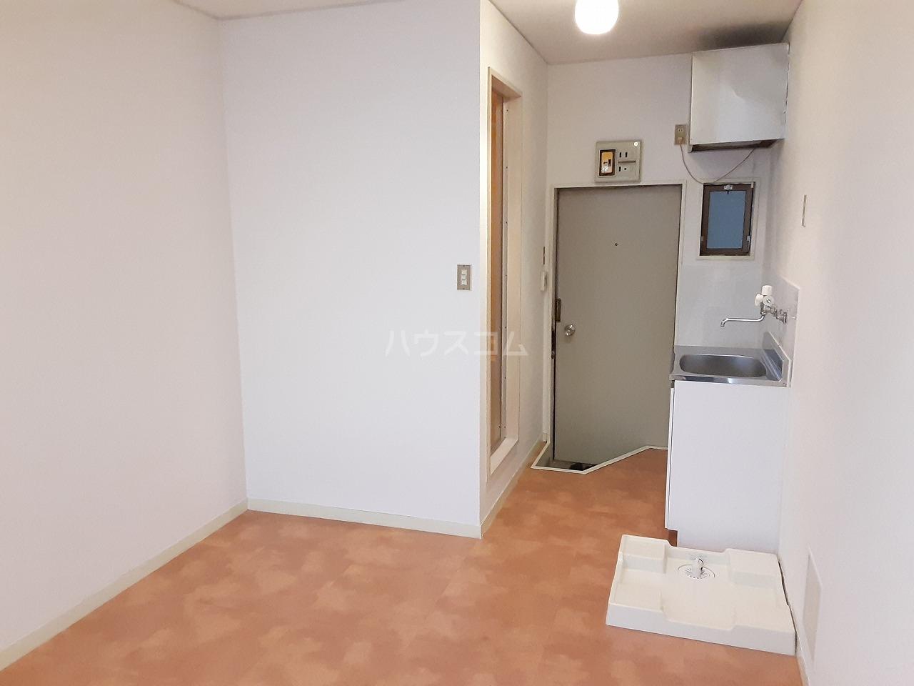 プラリネットハイツ 102号室の玄関