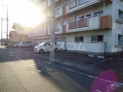 ロイヤルマンション西片貝 02030号室の駐車場