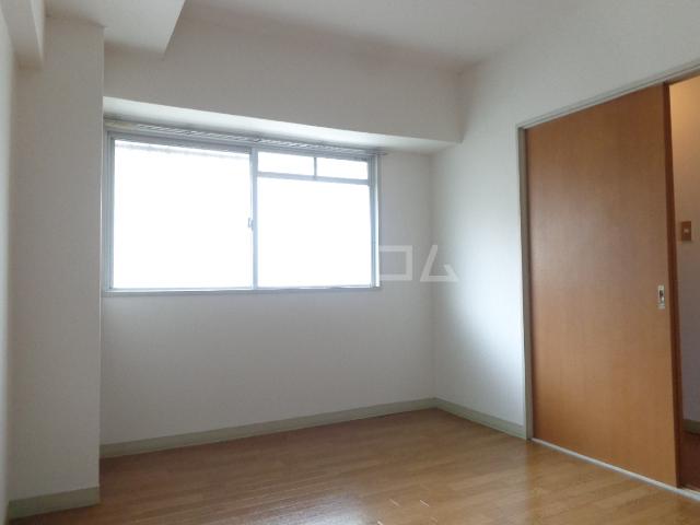 ロイヤルマンション西片貝 02030号室のリビング