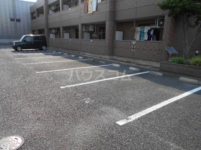 アルカディア 205号室の駐車場