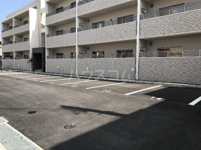 メゾン・デュ・パーク新都心 202号室の駐車場