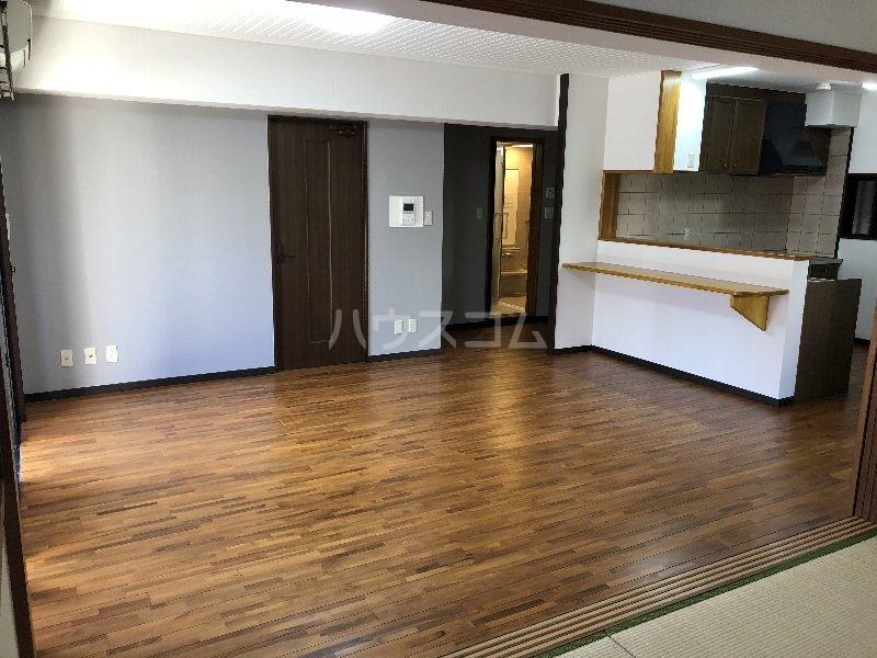 コートヴィレッジ久米 201号室のリビング