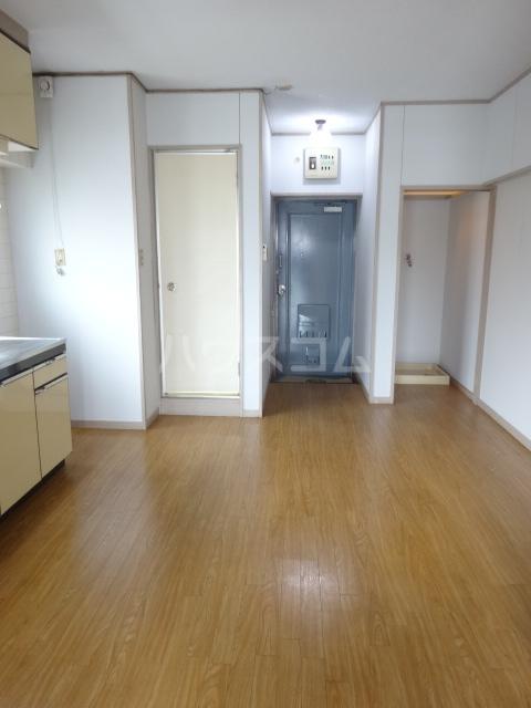 第1占部ビル 402号室の玄関