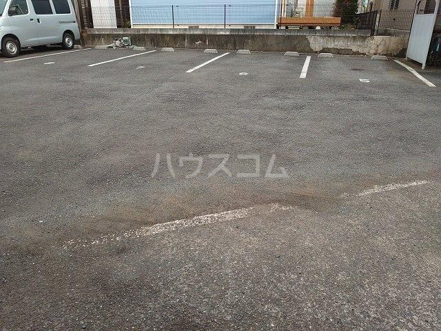 ウィンローレルマンション 203号室の駐車場