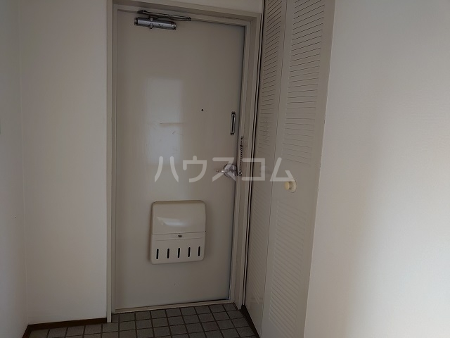 ウィンローレルマンション 203号室の玄関