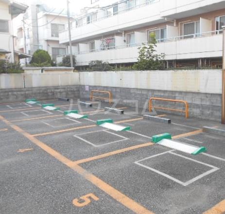 青木荘 201号室の駐車場