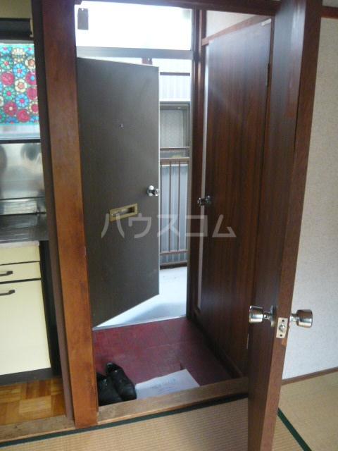 青木荘 201号室の玄関