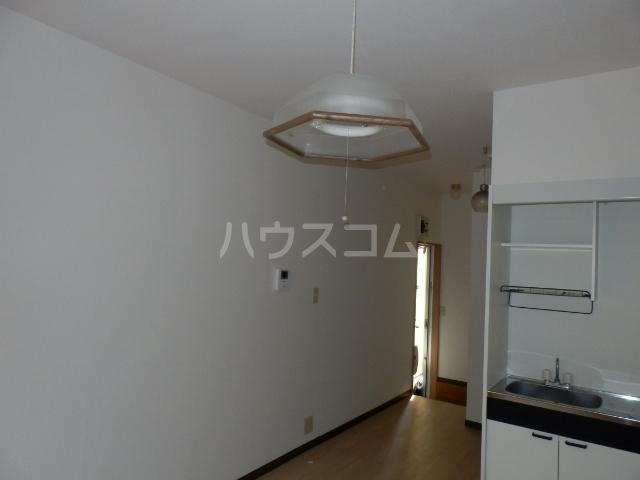 市川アパルトマンB棟 101号室のリビング