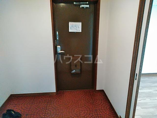 ローズコーポ沢良宜 205号室の玄関