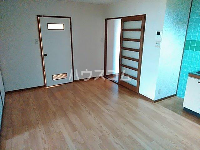 ローズコーポ沢良宜 205号室のリビング